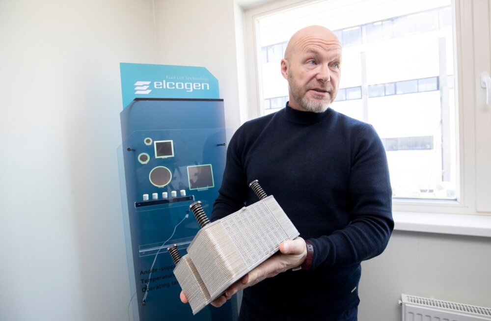 Elcogeni juht Enn Õunpuu näitab ettevõtte põhitoodet, patareid, millest piisab elamu elektriga varustamiseks.