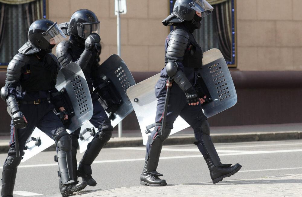 К резиденции Лукашенко в Минске стянуты БТР. Неизвестные в балаклавах, с оружием и дубинками задержали несколько человек
