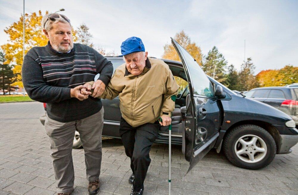 Tänu Ants Väärsi (vasakul) invataksole saab põlvalane Ants Kurg arsti juurde.