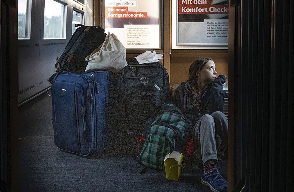 ФОТО | Грете Тунберг пришлось ехать на полу в переполненном поезде? Deutsche Bahn: у нее были места в первом классе