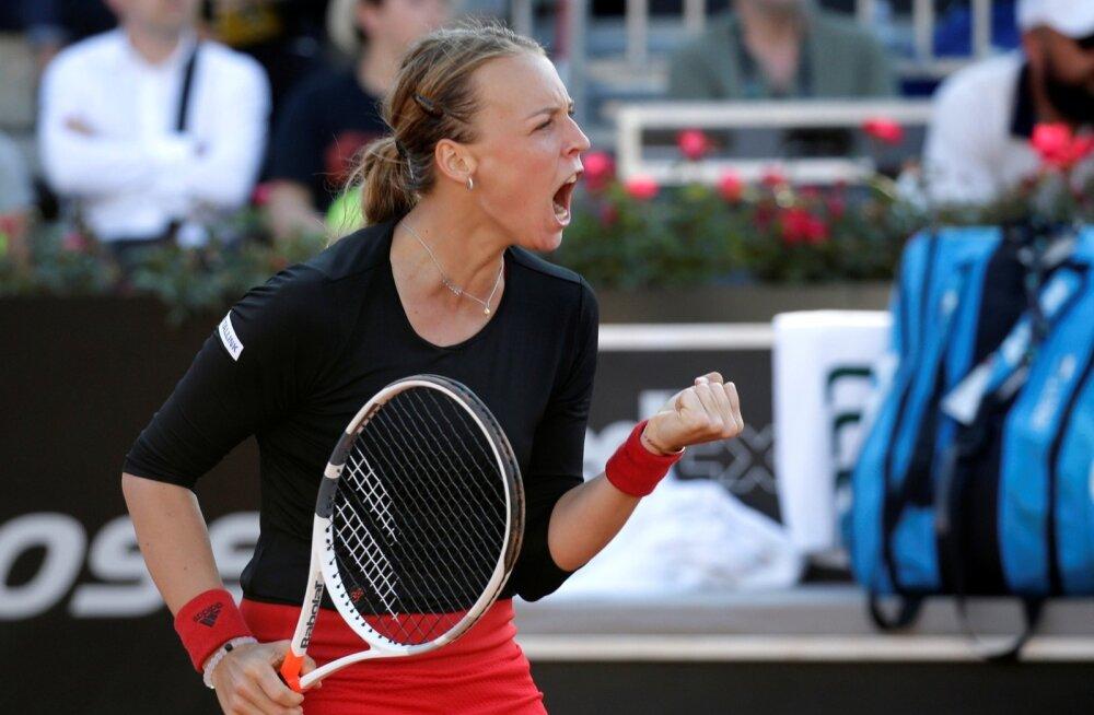 Anett Kontaveit rõõmustamas Caroline Wozniacki alistamise üle.
