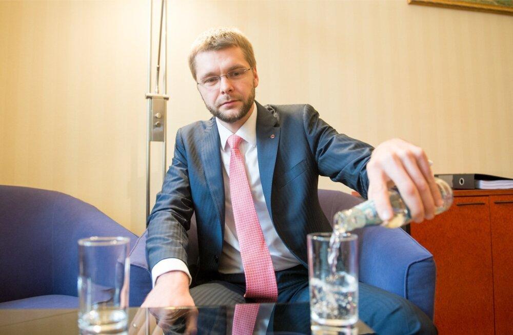 Tervise- ja tööminister Jevgeni Ossinovski valas eile intervjuu ajal klaasi temalt karmi süüdistuse saanud kodumaise õlletootja toodangut. Tegu on karboniseerimata veega.