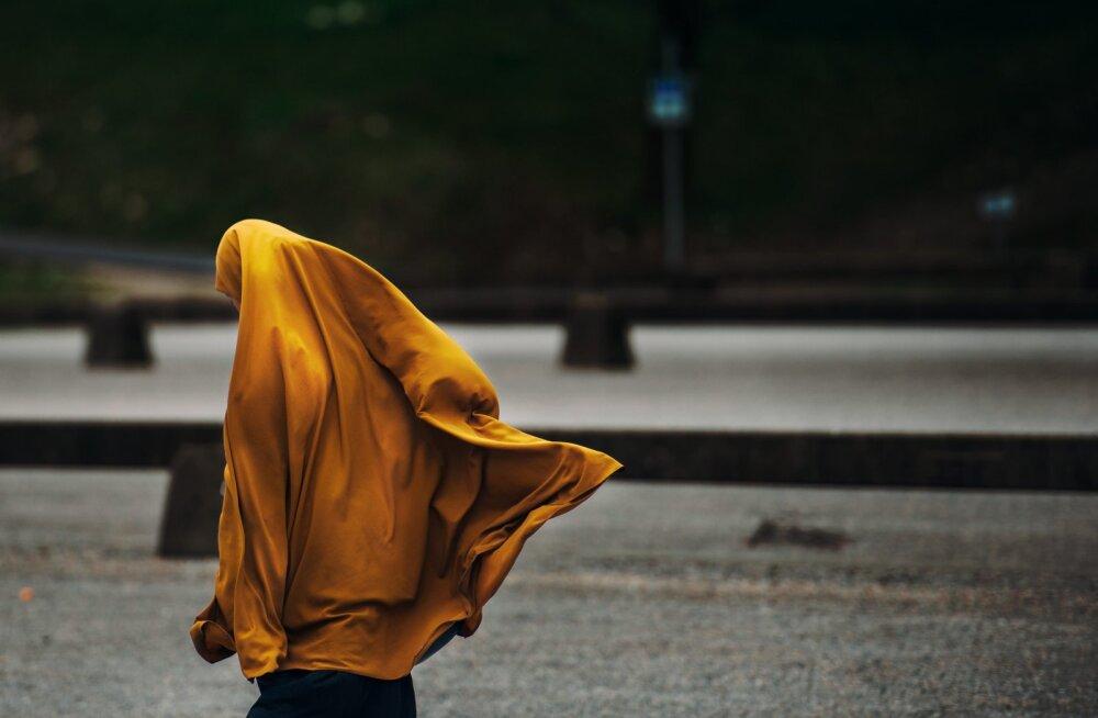 Saudi Araabia naistel ei ole lihtne: valitsuse loodud jälitusäpp muudab naistel võimatuks vägivaldsest kodust põgenemise ja isegi passi hankimise