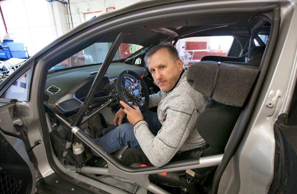 Ivar Tänak istub Oti kunagise MM-sarja WRC auto roolis, millega praegu sõidab Georg Gross. See ralliauto erineb tavalisest Ford Focusest nagu öö ja päev. Seda autot on arendanud Ott Tänak koos kahe inseneriga.