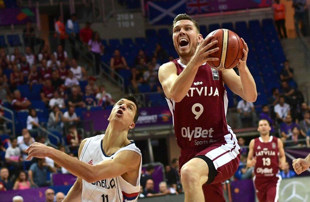 FOTOD JA TIPPHETKED | Läti ei leidnud korvpalli EM-i avamängus Bogdanovici vastu rohtu, Porzingis korjas varakult neli viga