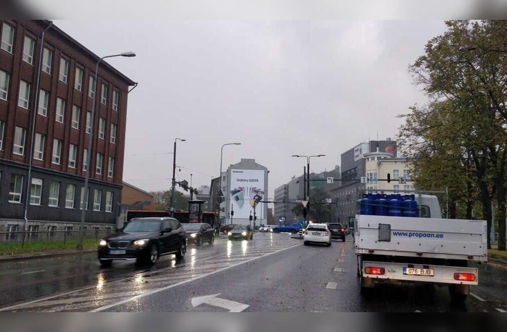 На перекрестке в центре Таллинна нет электричества. Движение регулируют