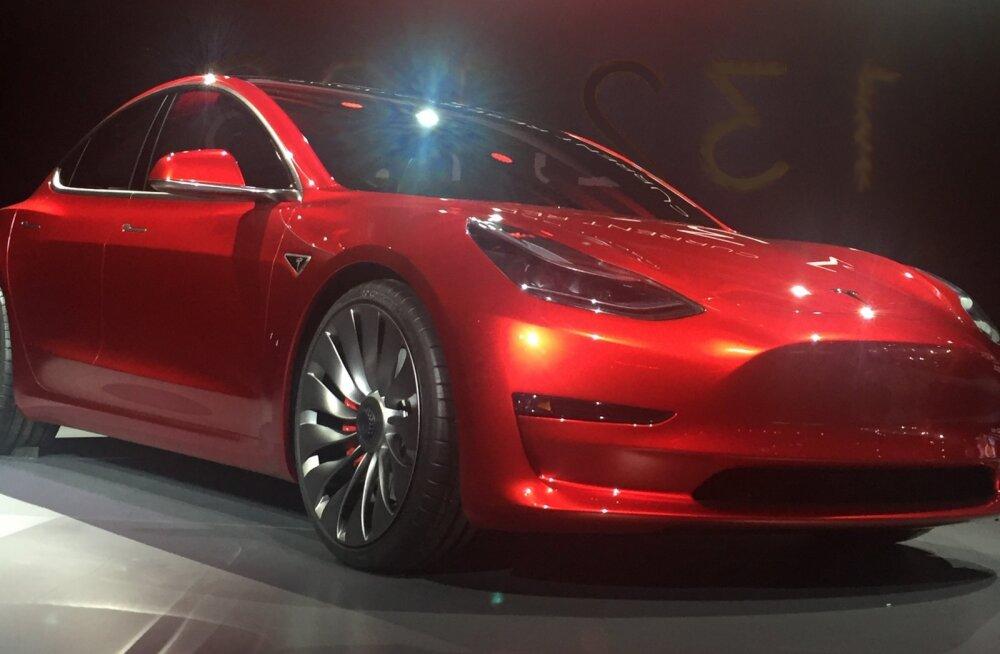 LIIKUV PILT: Tesla Model 3 imeline muundumine – põnevusega oodatud auto enne ja nüüd