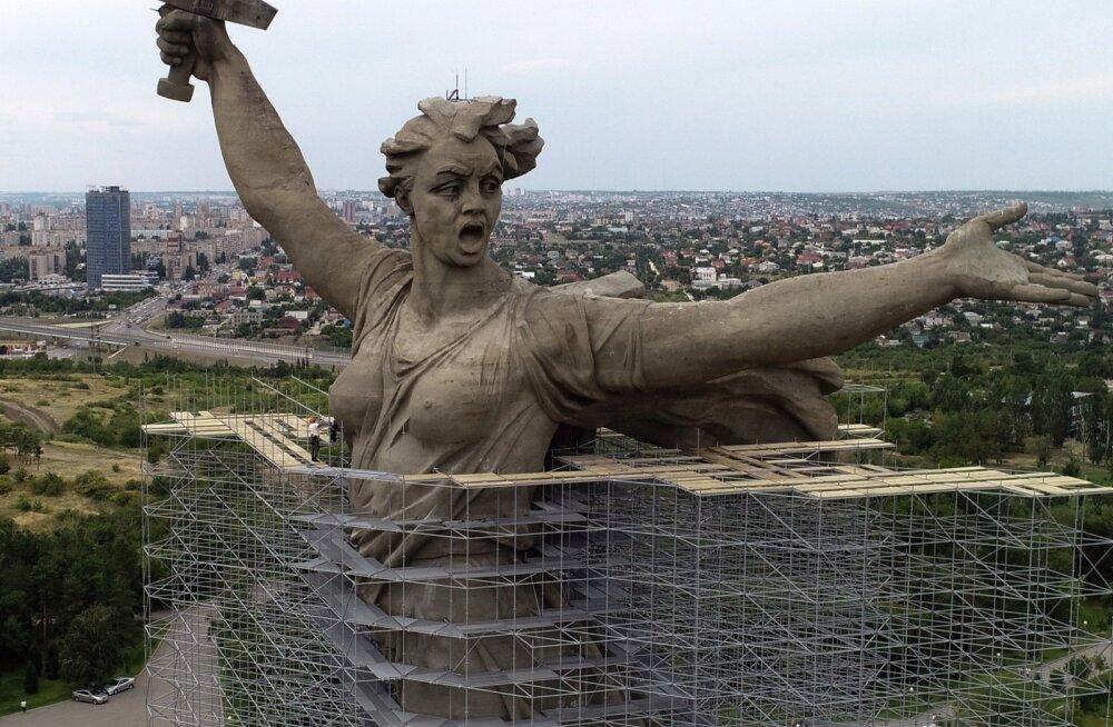 """ФОТО: Смотрите, как проходит масштабная реставрация знаменитого монумента """"Родина-мать зовет"""""""