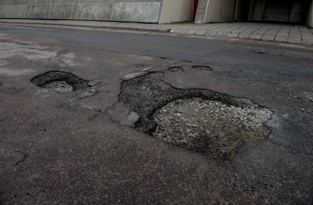 Таяние снега обнажило на дорогах опасные выбоины: как получить возмещение по ущербу