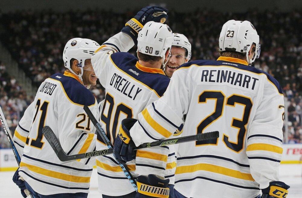 Buffalo Sabresi mängijad rõõmustavad Ryan O`Reilly kummalise värava üle