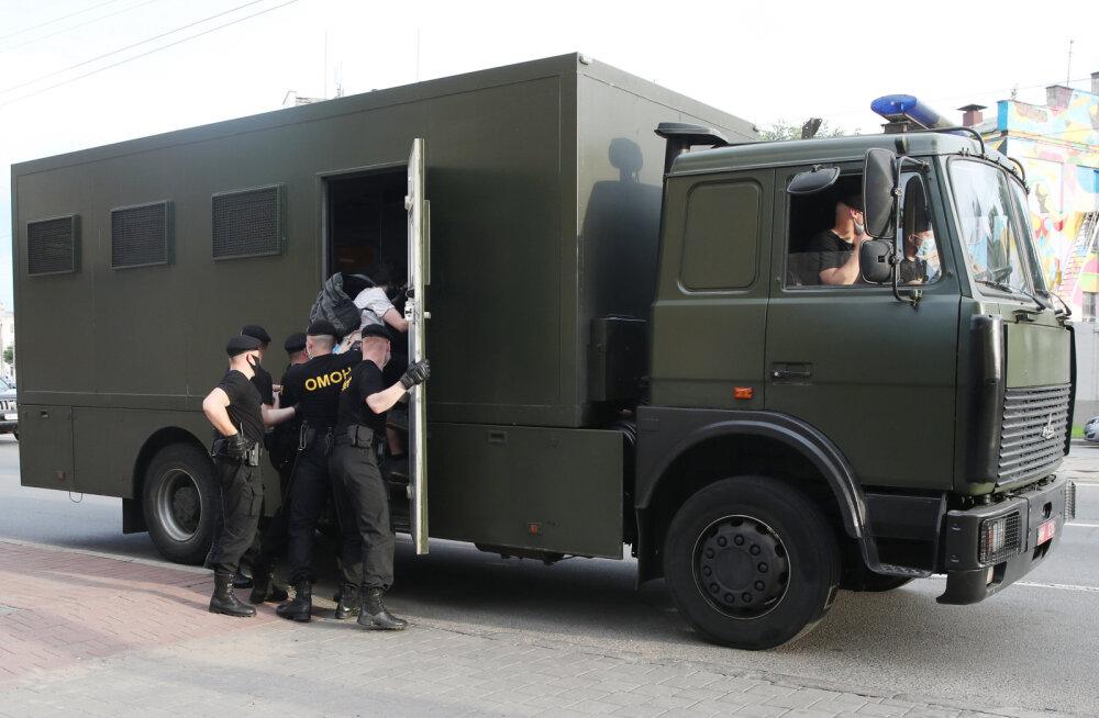 Minski arestimajast vabanenute kirjeldused meenutavad NKVD ohvrite mälestusi: peks, mõnitamine, näljutamine, ruumipuudus