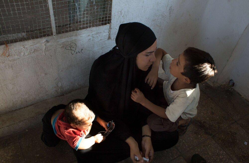 Daeshi pruut lastega laagris enda saatust ootamas.