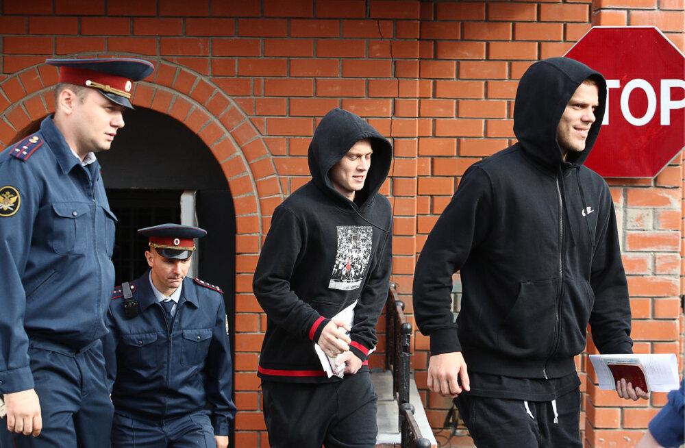 ВИДЕО | Футболисты Кокорин и Мамаев вышли на свободу. Кокорин заключил новый контракт