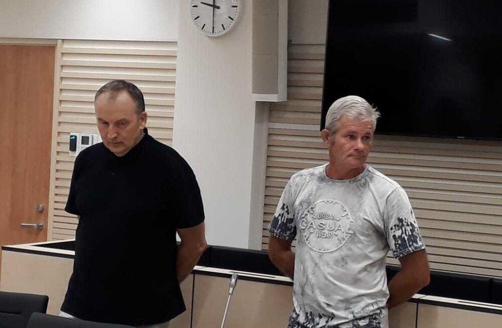 Kalmer Rotberg (paremal) ja tema kaitsja Mati Senkel kuulavadkohtuotsust. Rotberg tunnistas kohtus, et sai ise ka aru, et temateguviis on haiglane, kuid ei suutnud oma kinnisideest võitu saada.