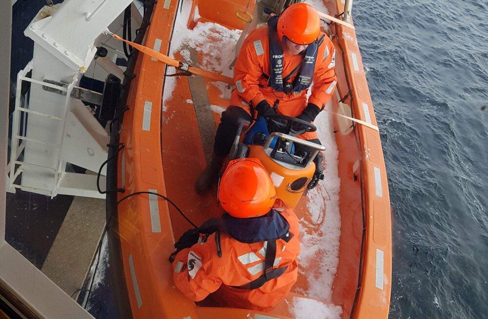 FOTO | Viking Line´i laevalt viidi reisija kopteriga haiglasse, laev hilineb Tallinnasse tund aega