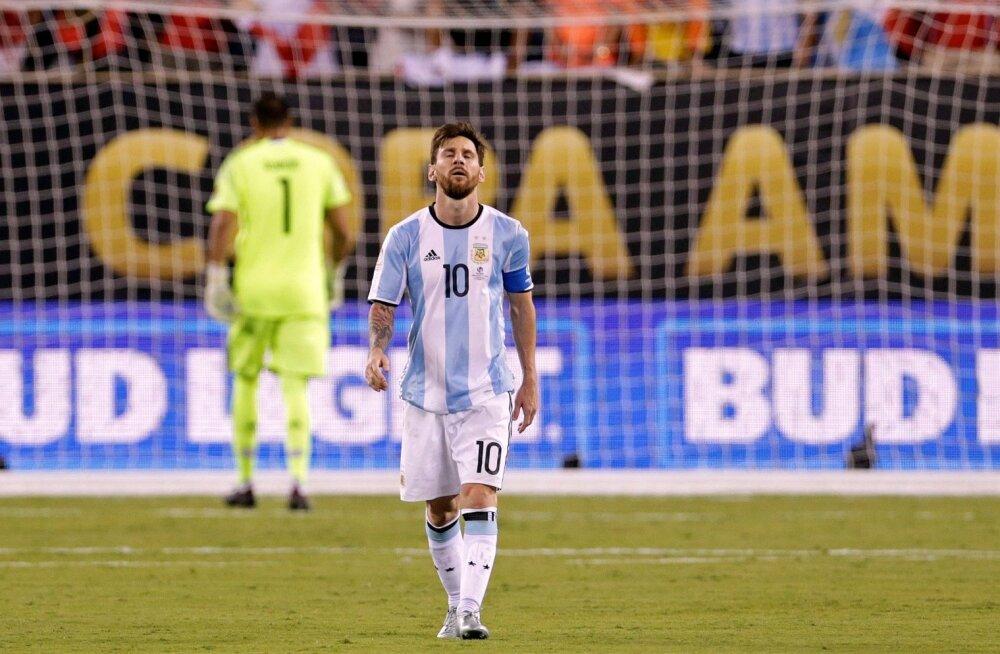 Lionel Messi on penalti taevasse kihutanud. Kas tõesti lõppes geeniuse koondisekarjäär sel viisil?