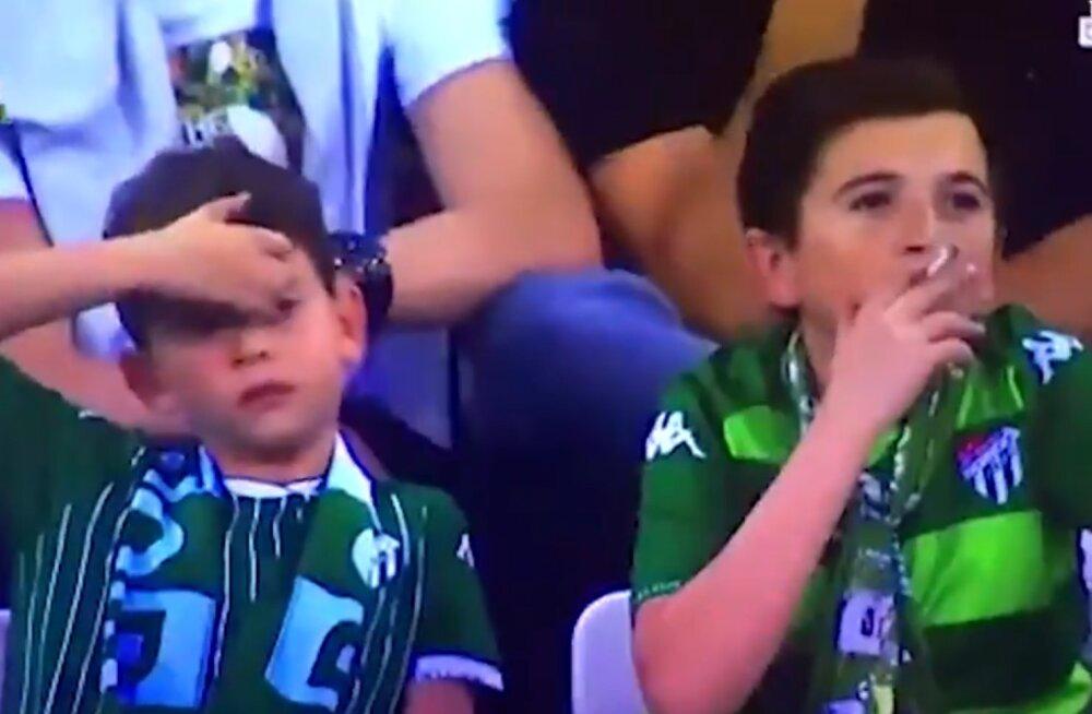 KURIOOSUM | Mis mõttes? Jalgpallimängul suitsetamisega vahele jäänud poiss on tegelikult 36-aastane ja lapse isa!