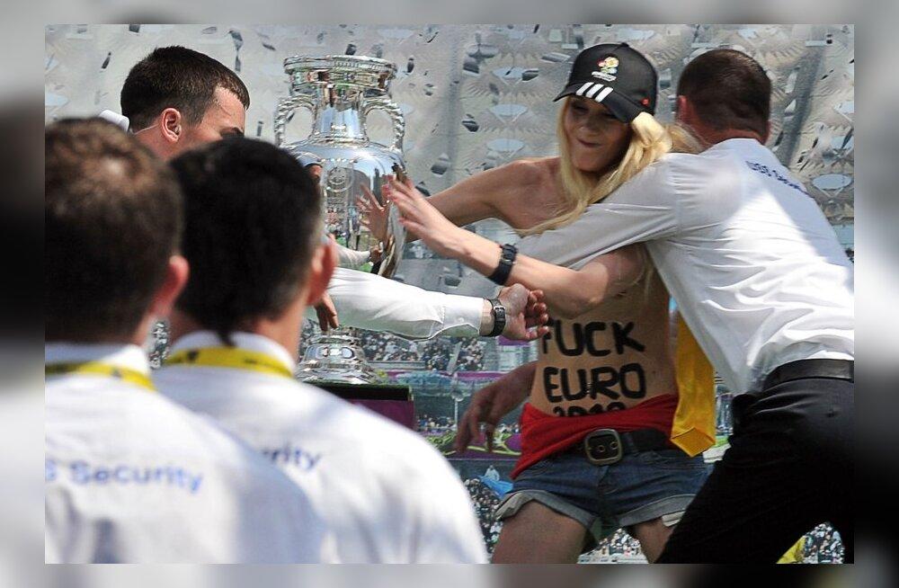 FEMEN liikumise aktivist üritas Kiievis lõhkuda Euro 2012 võidukarikat