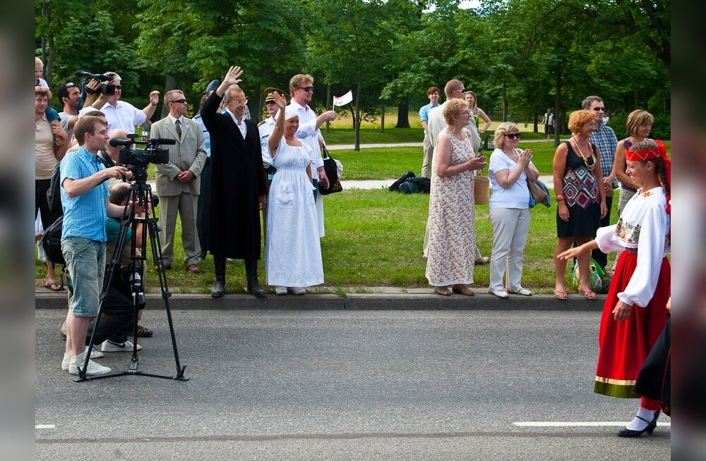FOTOD: Presidendipaar lehvitas rongkäigus tütrele