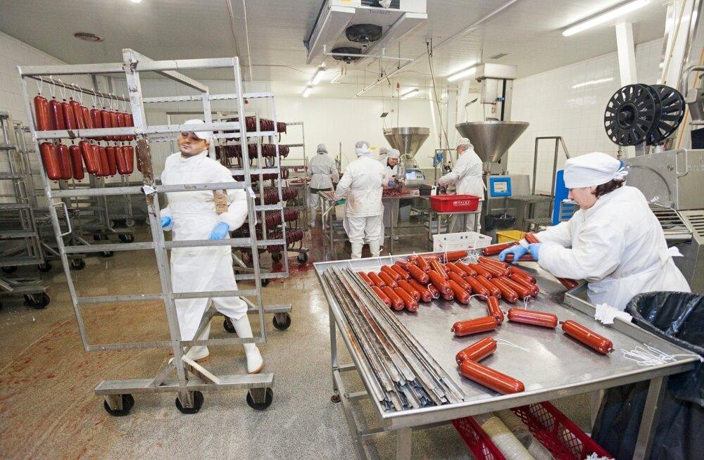 Ka Valgamaal tegutsevas Atria Eesti lihatööstuses napib kvaliteetset tööjõudu. Ettevõtte juht Olle Horm tõdes, et nad on juba ammu loobunud lootusest täita tühjad ametikohad. Atria on üks Lõuna-Eesti suuremaid tööandjaid.
