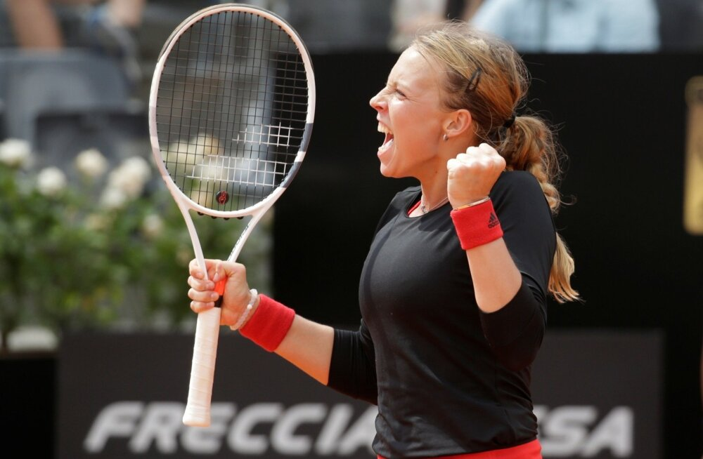 Anett Kontaveit rõõmustab pärast Venus Williamsi võitmist.