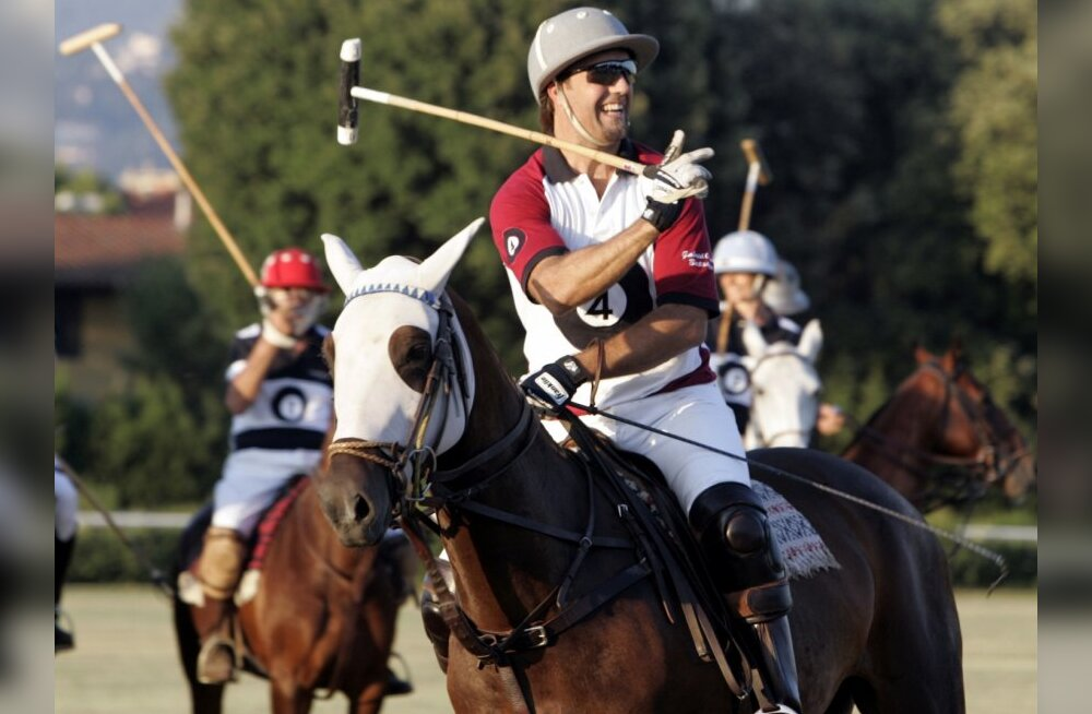 Fromer Argentine soccer player Gabriel Batistuta plays polo in an event by Italian fashion house Cavalleria Toscana during the Pitti Uomo men's fashion week in Florence June 18, 2009.  REUTERS/Marco Bucco         (ITALY FASHION SOCIETY SPORT SOCCER)