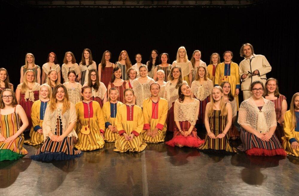 ETV tütarlastekoor oma dirigendi Aarne Saluveeriga