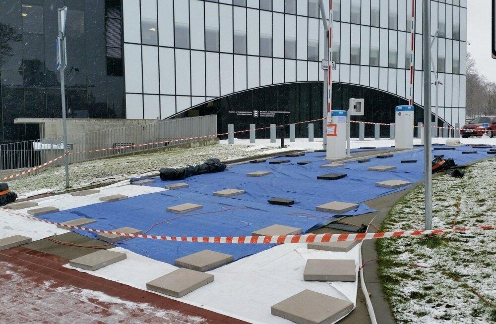ФОТО: Подъездная дорога к суперминистерству уже разваливается