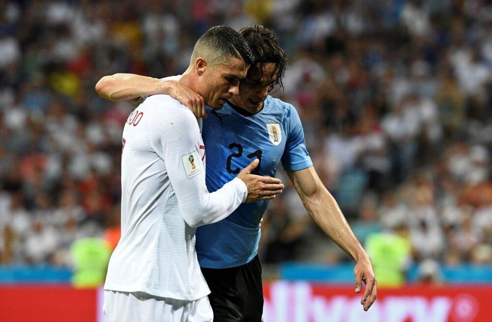 Ronaldo aitab vigastatatud Edinson Cavanil platsilt lahkuda