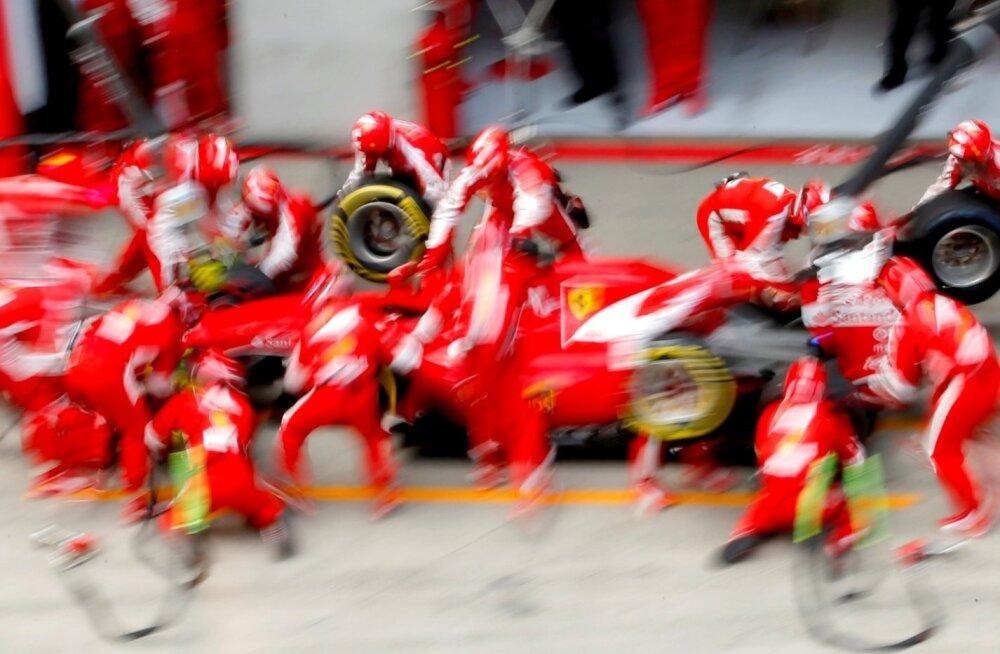 Ferrari boksis käib tihe sebimine Sebastian Vetteli vormeli ümber.