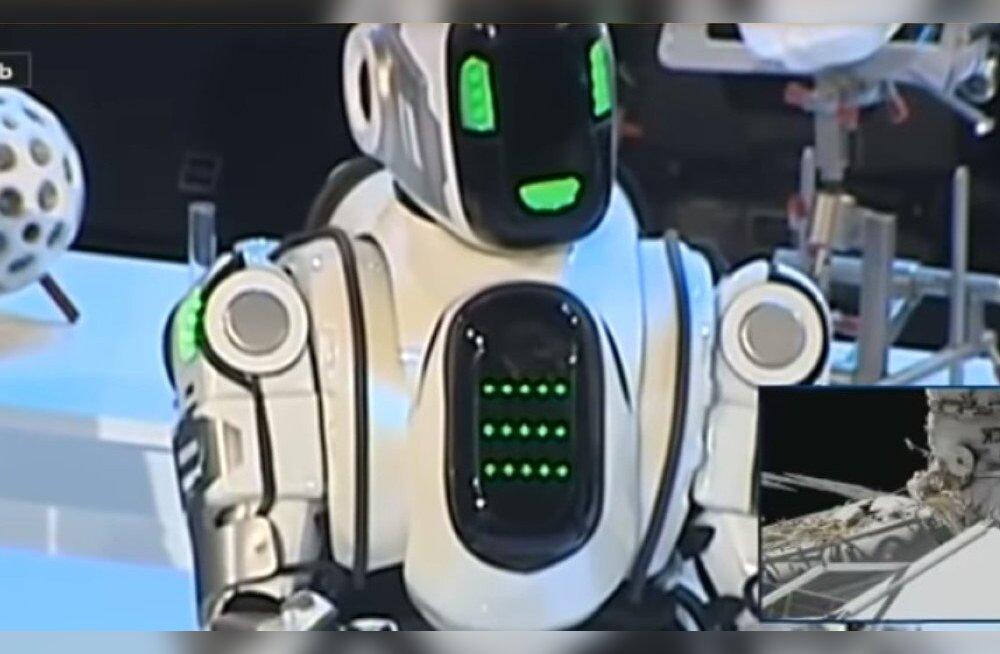 """ВИДЕО: На """"форуме Путина"""" за """"самого современного робота"""" выдавали человека в костюме"""