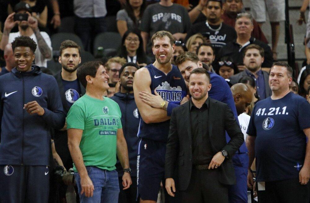 Dallas Mavericksi omanik Mark Cuban vaatab Dirk Nowitzkile alt üles