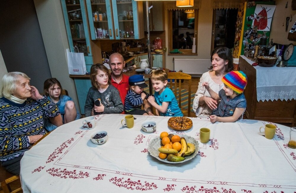 ФОТО и ВИДЕО: Мать пятерых детей Трийн ни разу не брала отпуска по уходу за ребенком