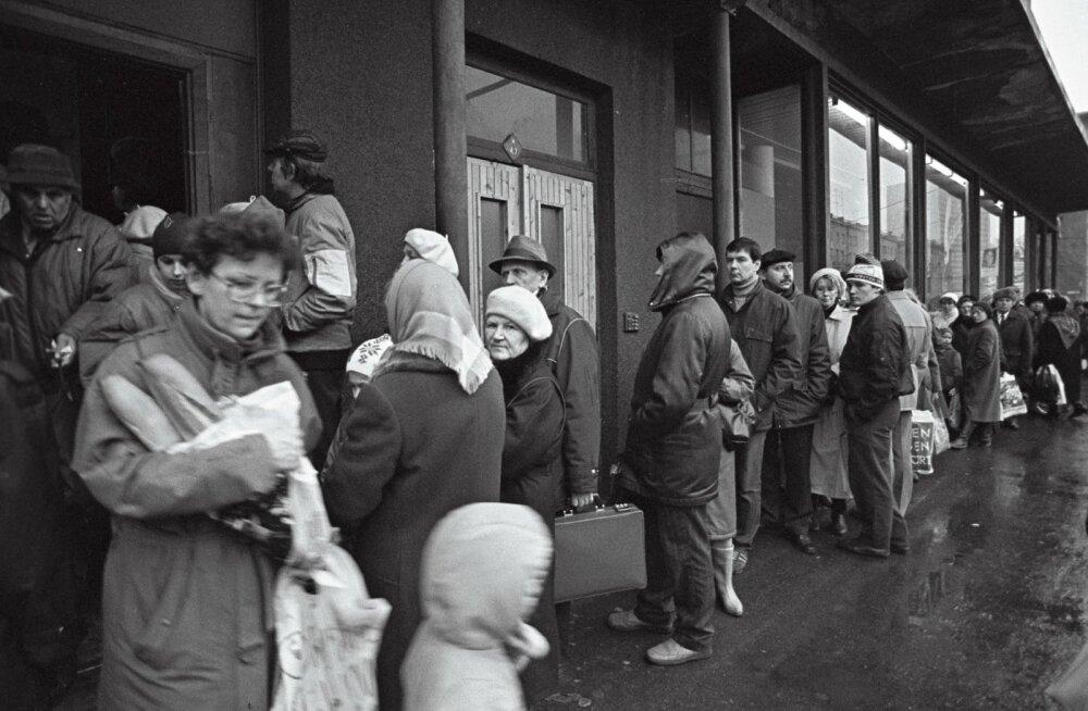 Järjekord toidukaupluses jõulude eel. Tallinn 08.12.1990