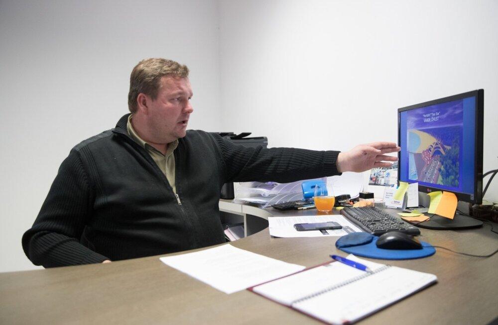Mart Vahtel näitab arvutist külastuskeskuse projekti.