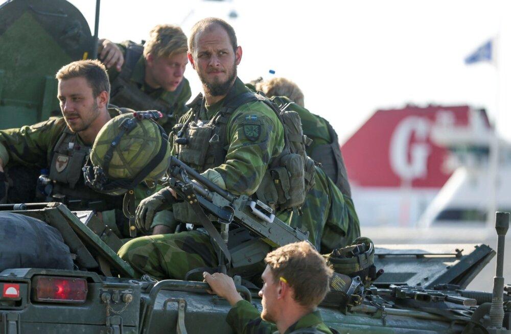 """""""Vene turistid"""" käivad Gotlandil Rootsi sõjaväelastega juttu tegemas"""