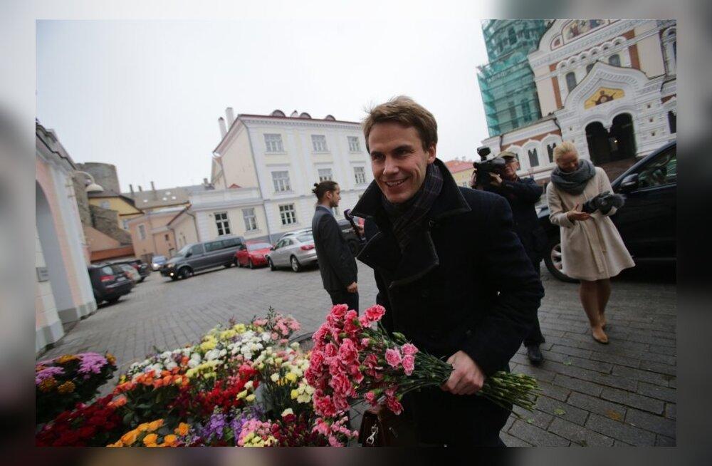 DELFI FOTOD JA VIDEO: Riigikogu esine on kooseluseaduse pooldajate lillede alla mattunud, plakatitega on kohal ka vastased