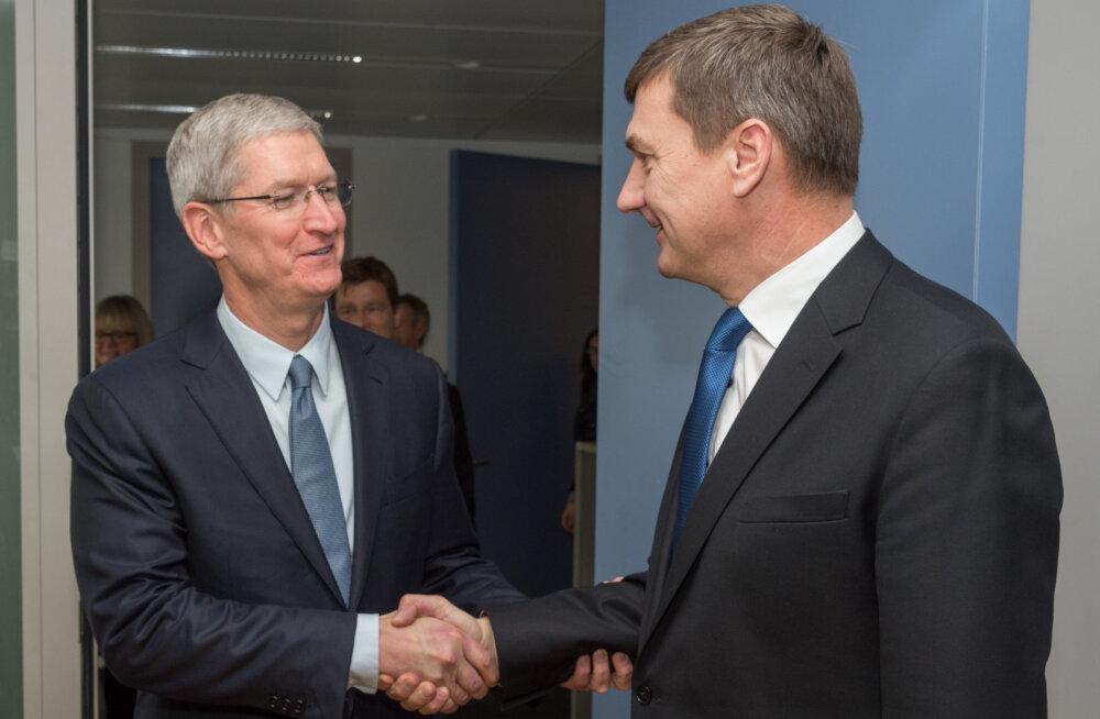Andrus Ansip kohtus Apple'i tegevjuhi Tim Cook'iga (vasakul)