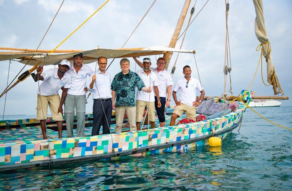 Keenias Lamu saarel ehitati rohkem kui 10 tonnist rannalt kogutud plastijäätmetest ja vanadest plätudest paat. See alus seilas Lamu saarelt Tansaaniasse Sansibari saarele, mis tegi marsruudi pikkuseks 500 km. Tänavu 7. veebruaril oli see päev, mil laev randus ning seda oli tervitamas ka ÜRO Keskkonnaassamblee president, Eesti keskkonnaminister Siim Kiisler (keskel kirju särgiga).
