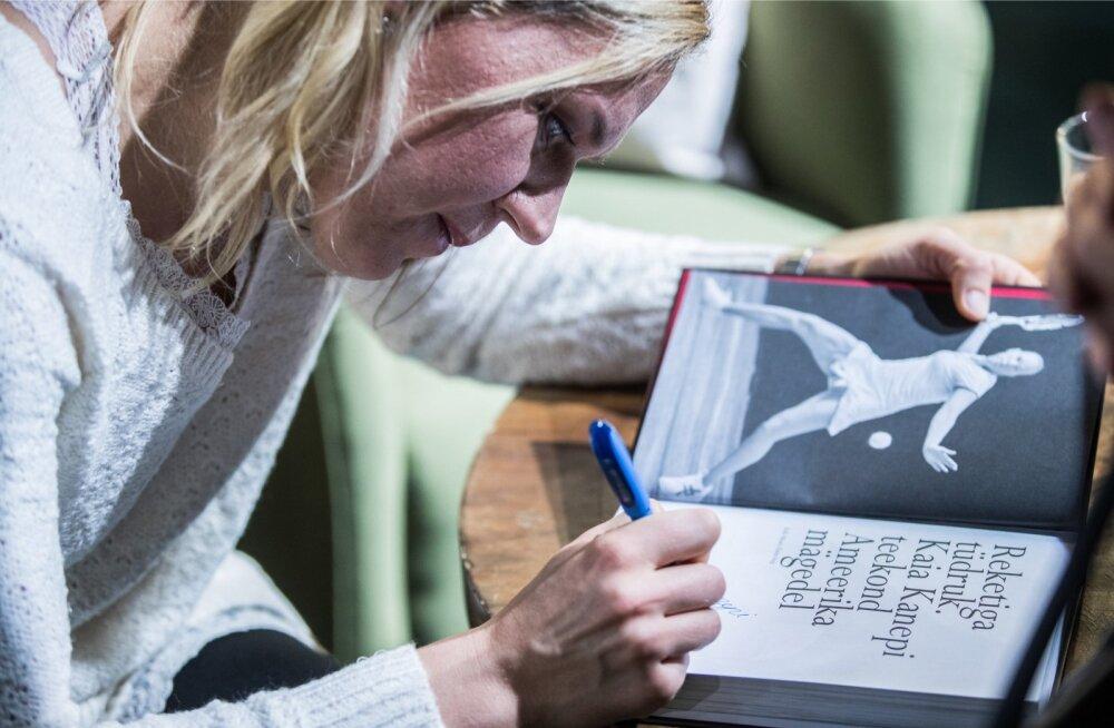 Kaia Kanepi jagab soovijaile elulooraamatusse kümneid autogramme.