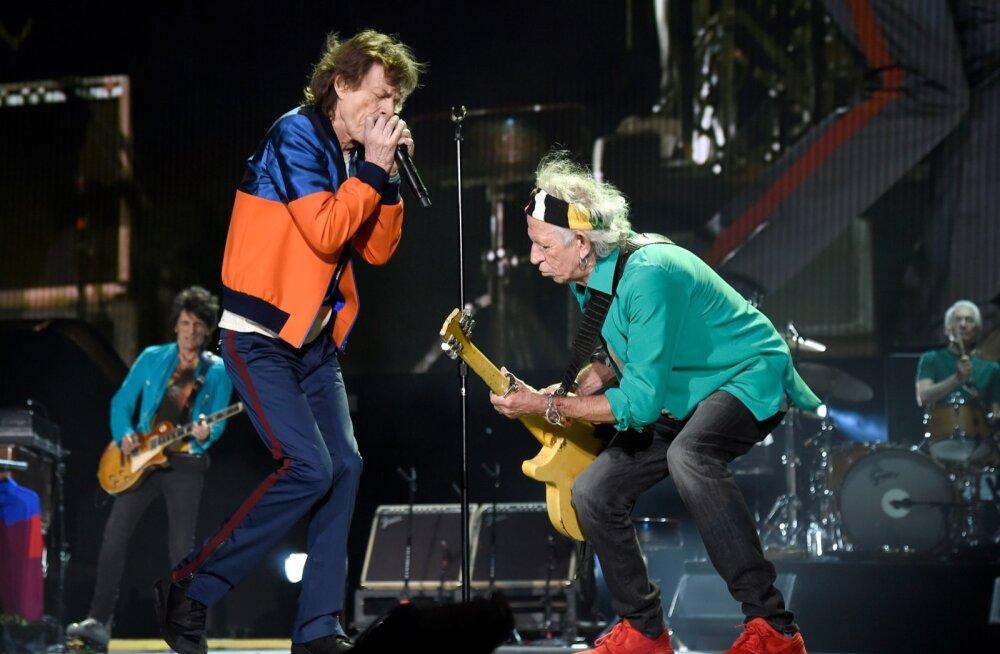 """Veerevale kivile sammal ei kasva ehk Rolling Stones mullu oktoobris tuuril """"In The Desert"""". Esiplaanil Mick Jagger ja Keith Richards (mõlemad 73), taga vasakul Ronnie Wood (69) ja paremal Charlie Watts (75)."""
