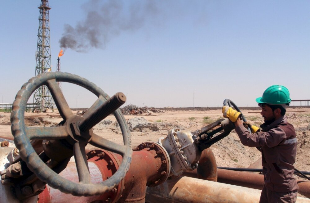 Tööline Lõuna-Iraagis Al-Sheiba nafta torujuhet kontrollimas.