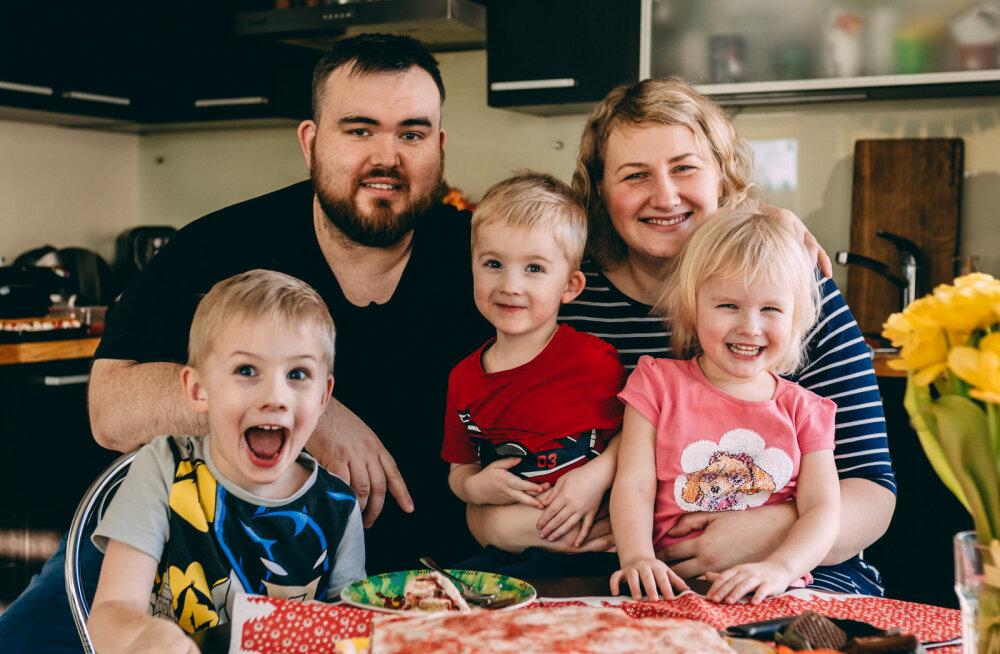 Henry Jakobson oma perega.