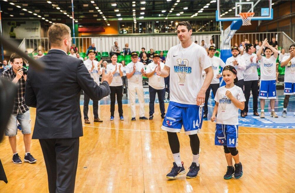 Kristjan Kangur võttis möödunud nädalal koduse liiga MVP-tiitli vastu koos poeg Robertiga.