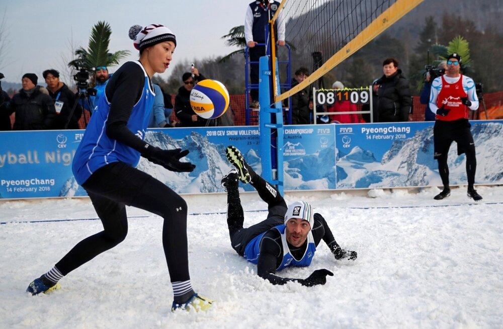 Brasiilia võrkpallilegend Giba on viskunud palli päästes lumele. Mänguvahendit üritab seejärel vastaste poolele toimetada Lõuna-Korea võrkpallitäht Kim Yeon-koung. Tulevikus võib sellist, mütsid peas, pallimängu näha ehk ka taliolümpial.