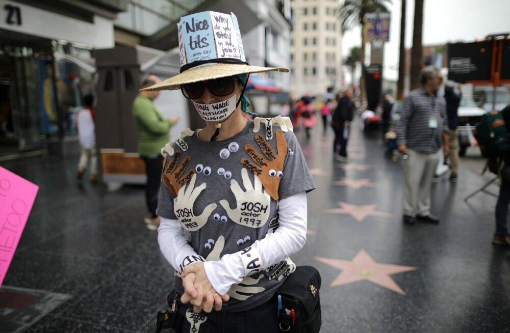 Anonüümseks jääda soovinud protestija on kirjutanud oma kehale kõigi nimed, kes teda Hollywoodis ahistasid.