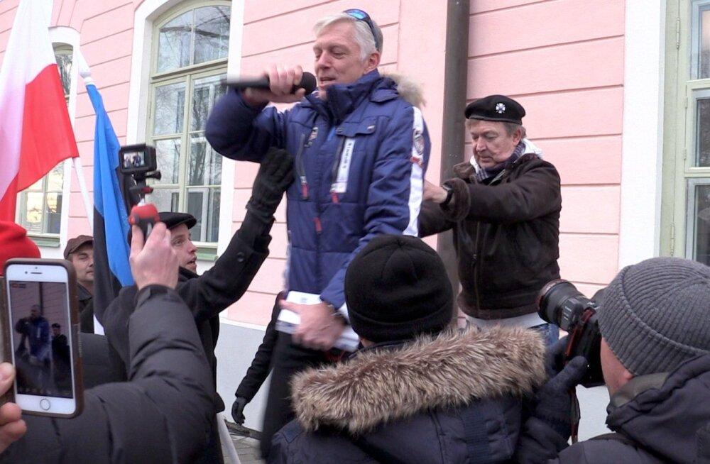 Tarand hüppas EKRE poliitnõuniku Urmas Espenbergi toetava tõuke saatel lavalt alla.