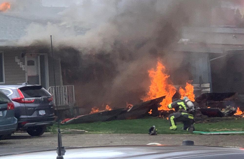 ВИДЕО | В Канаде самолет упал на дом, один человек погиб