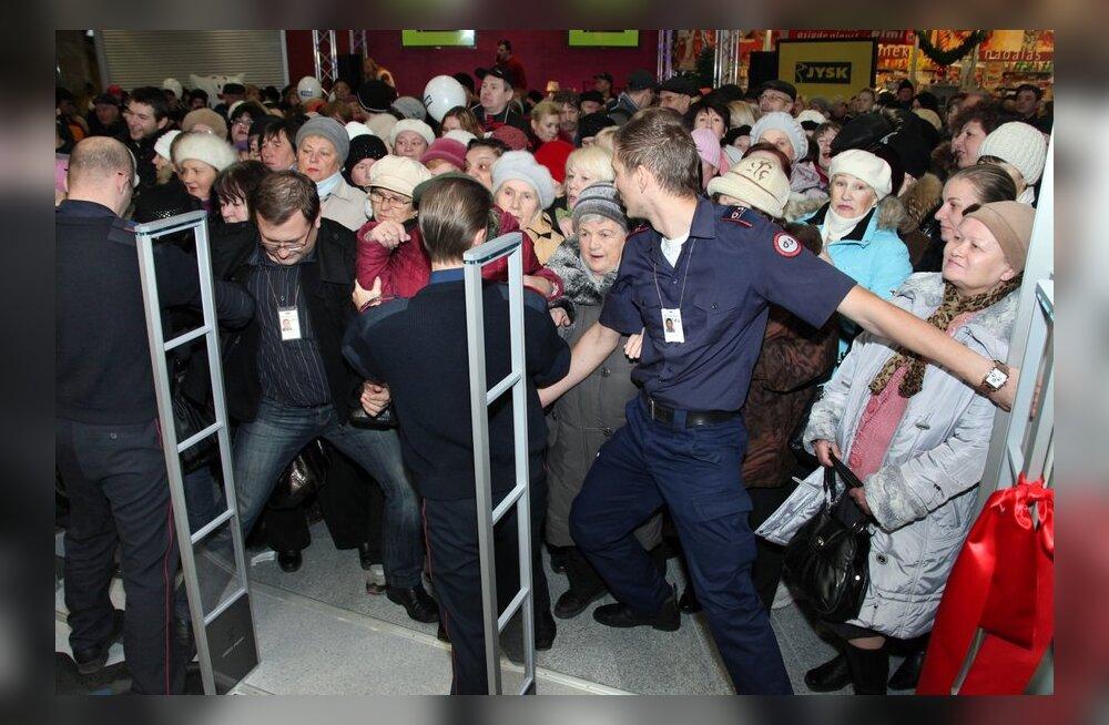 FOTOD: JYSKi poe avamine Narvas pani turvatöötajate jõu proovile