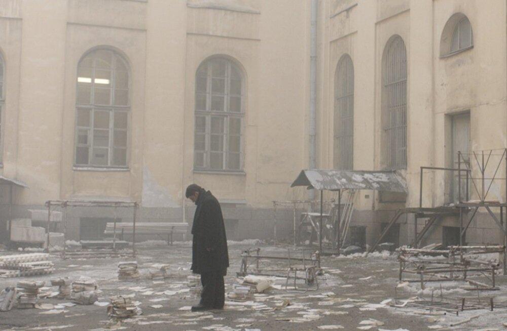 """""""Dovlatovit"""" iseloomustab lummavalt unenäoline atmosfäär ning satiiriliselt lõikav ja humoorikas dialoog."""
